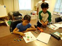 机で作業する男の子と女の子