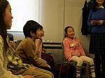 ジェスチャーゲームを見ている子供達