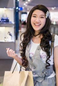 買い物中のアジア系の女性