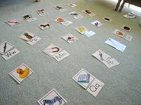 床の上にアルファベットカード