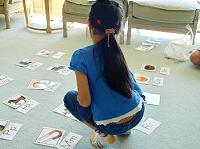 アルファベットカードを取る女の子